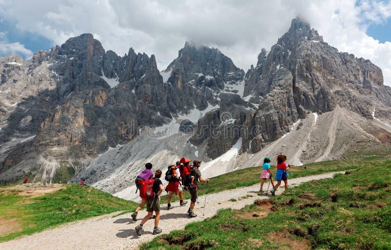 En el camino al della Pala de Cimon entre picos rugosos de Pale di San Martino debajo del cielo soleado imagenes de archivo