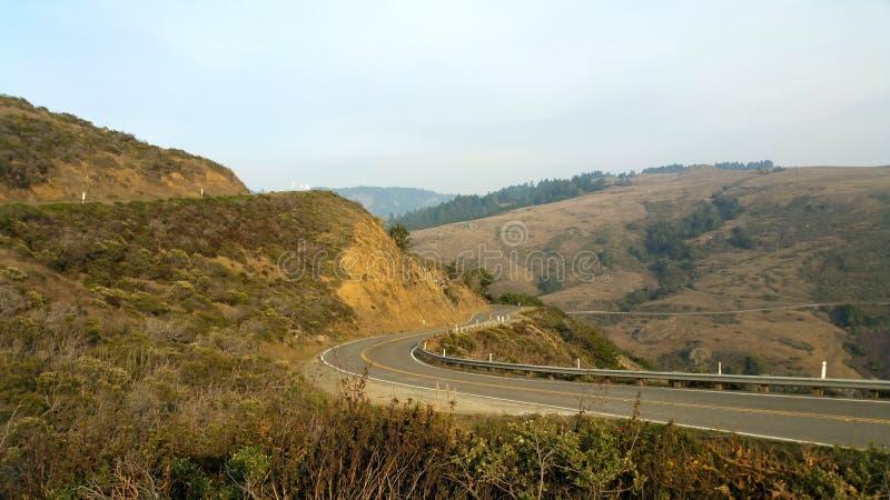 En el camino Daytripping Carretera costera de oro curvada imagen de archivo libre de regalías