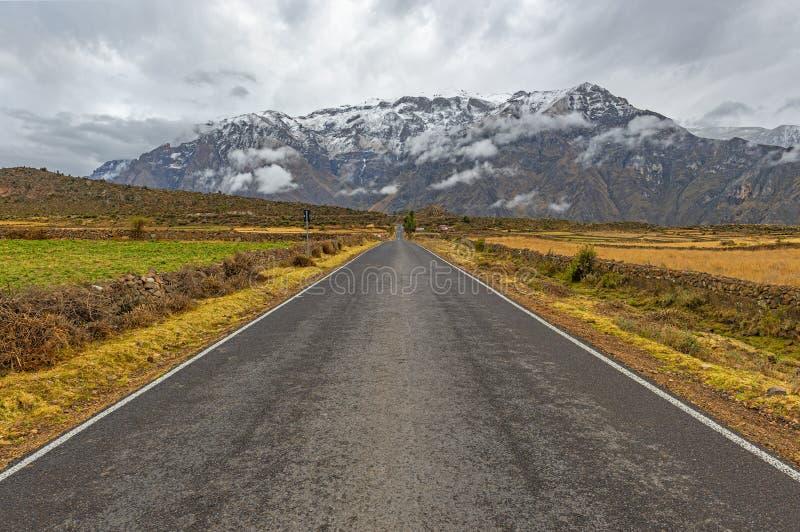 En el camino en las montañas de los Andes, Perú fotos de archivo libres de regalías
