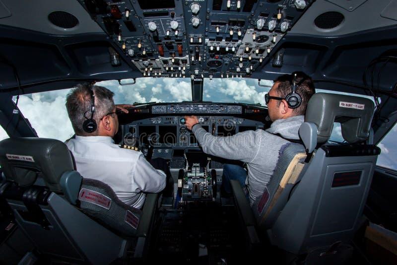 En el camino opinión 737-800 de la carlinga fotografía de archivo