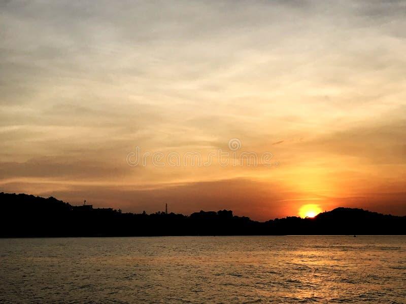 En el cielo de igualación de la puesta del sol del mar fotografía de archivo