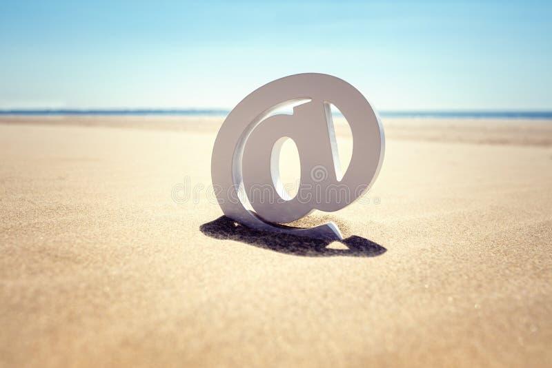 En el concepto del correo electrónico de la playa fotos de archivo