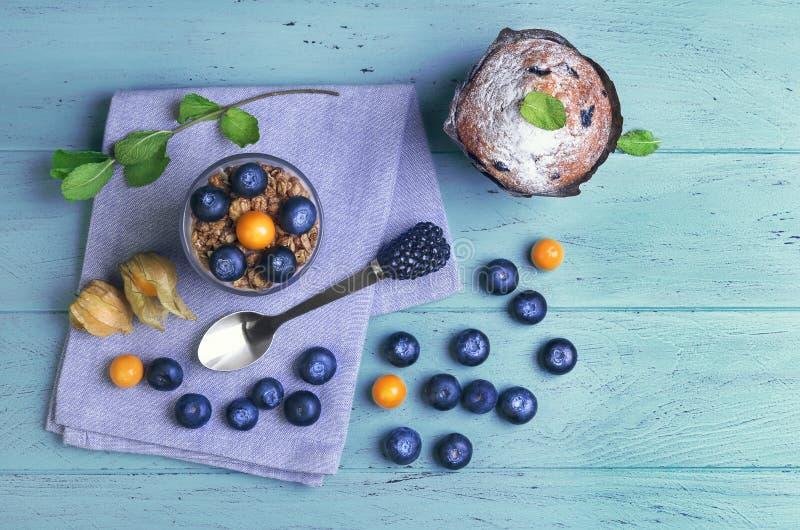 En el desayuno de madera azul del fondo imágenes de archivo libres de regalías