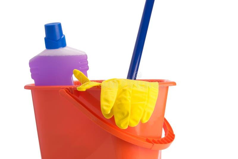 En el fondo blanco, el sistema de las herramientas para limpiar el piso, un cubo, una FREGONA y una botella de quitamanchas foto de archivo libre de regalías