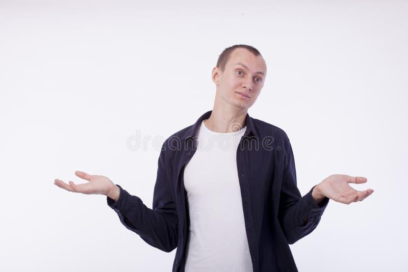 En el fondo blanco un hombre en una camiseta blanca y una camisa púrpura imagenes de archivo