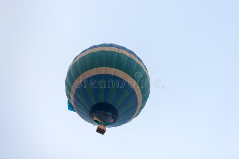 En el globo azulverde del aire caliente del cielo en el festival del globo del aire caliente foto de archivo