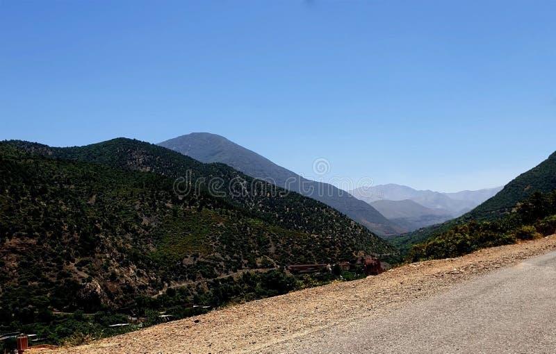 En el horizonte de la montaña de atlas imagenes de archivo