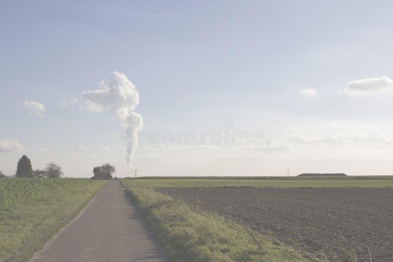 En el horizonte, el vapor da vuelta en una nube imagen de archivo libre de regalías
