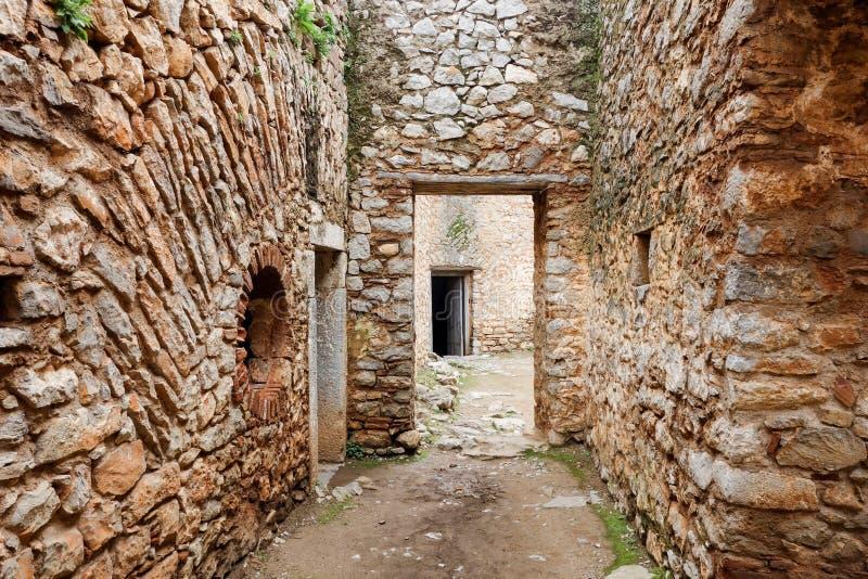 En el interior de los pasillos entre paredes de ladrillo rojo de la Fortaleza de Palamidi en Nafplio, Grecia fotos de archivo libres de regalías