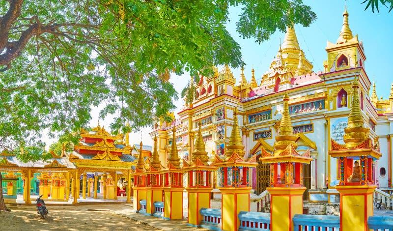 En el jardín sombrío del monasterio de Thanboddhay, Monywa, Myanmar foto de archivo