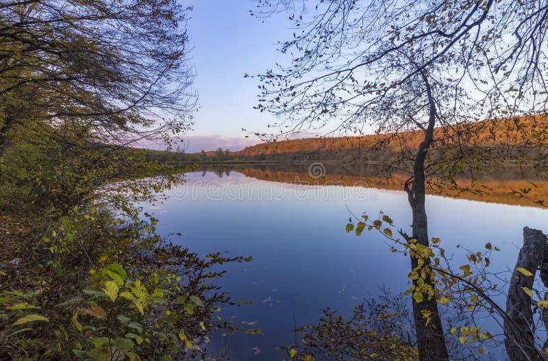 En el lago silencioso en otoño imagen de archivo