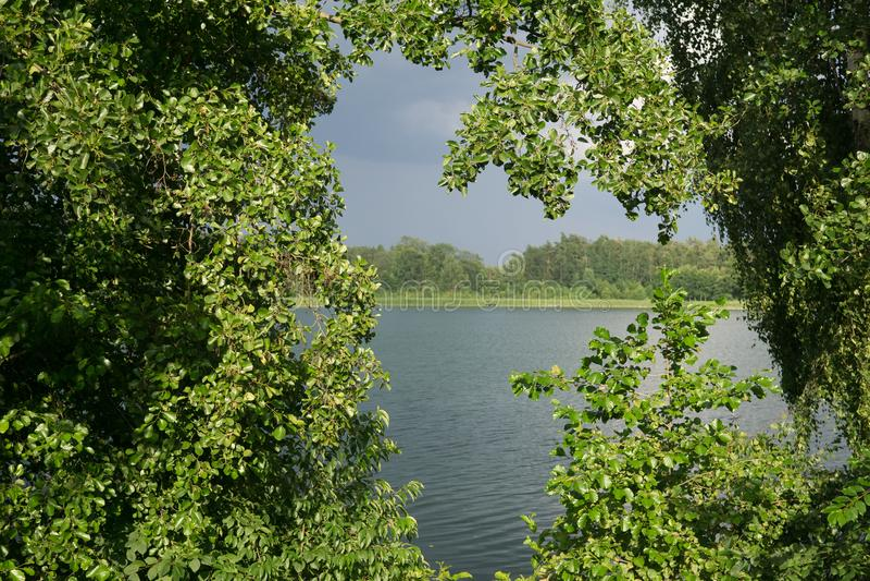 En el lago en verano imagen de archivo