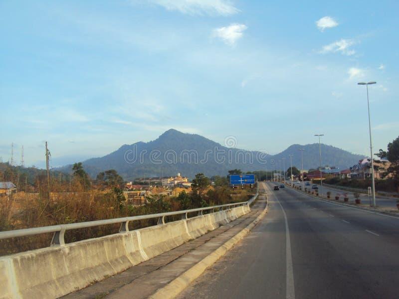 En el medio de la ciudad que hace frente a las colinas imagenes de archivo