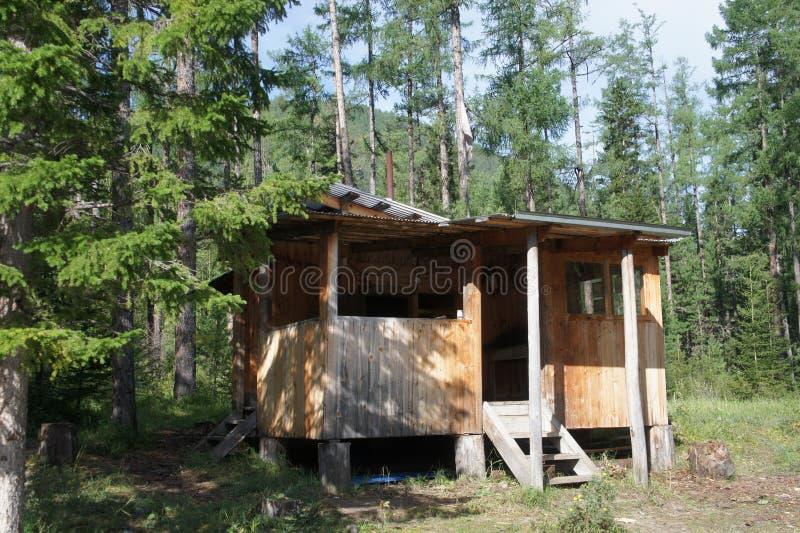 En el medio del bosque en el bosque profundo es una sauna del humo en la orilla del río imagen de archivo libre de regalías