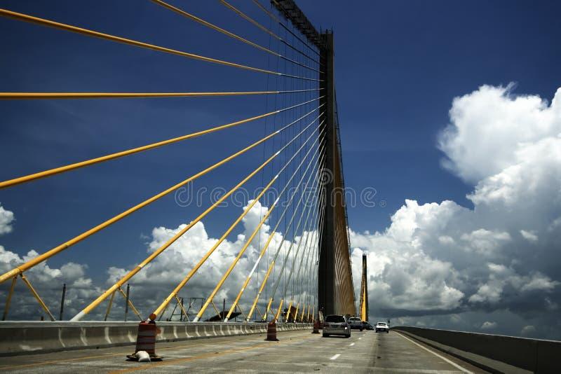 En el medio del puente de Skyway de la sol foto de archivo
