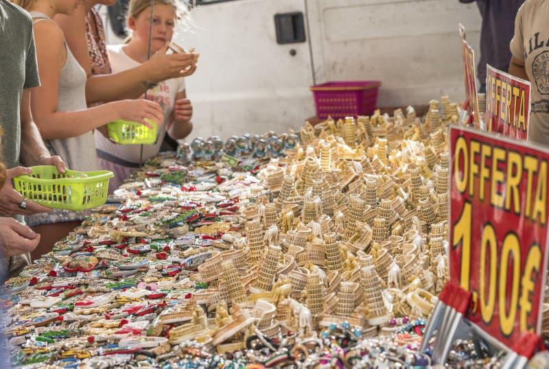 En el mercado de pulgas de la calle imagenes de archivo