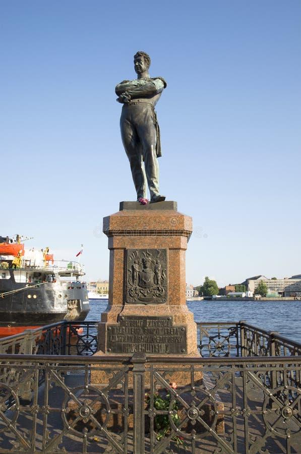 En el monumento a almirante Ivan Fedorovich Kruzenshtern en St Petersburg fotos de archivo