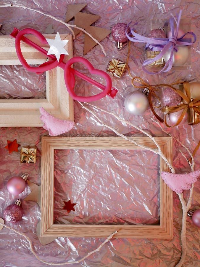 En el papel plateado un marco de madera vacío del vintage, decoración de la Navidad fotos de archivo libres de regalías
