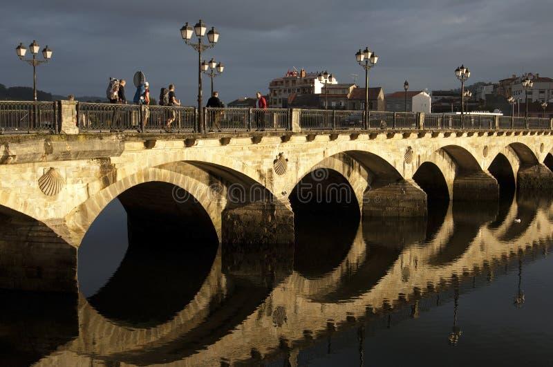 En el paseo de los peregrinos de la salida del sol a través del puente arqueado foto de archivo libre de regalías