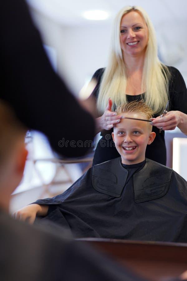 En el peluquero foto de archivo