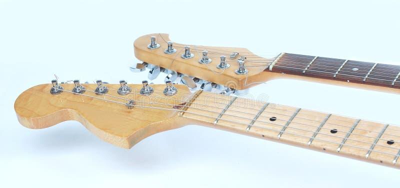En el primero plano el fretboard de una guitarra acústica aislante fotos de archivo libres de regalías