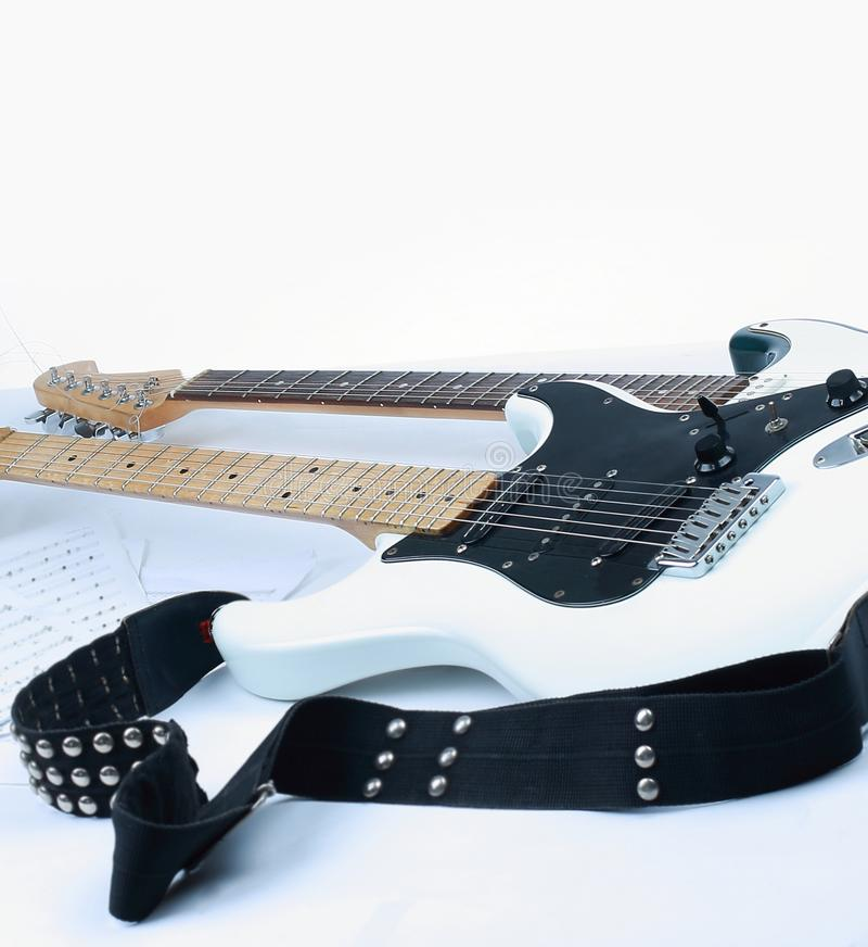 En el primero plano el fretboard de una guitarra ac?stica aislante imagen de archivo libre de regalías