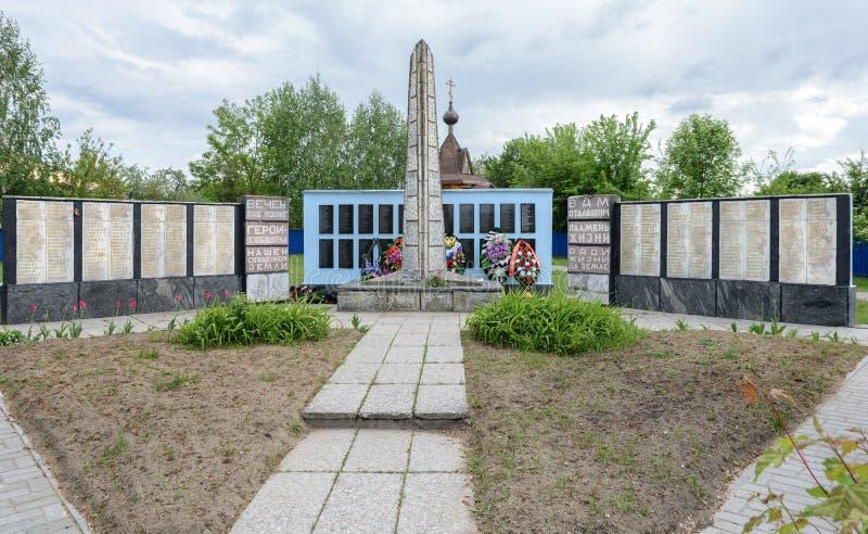 En el pueblo coloca un monumento a los soldados, defensores del pueblo, que murió durante la Segunda Guerra Mundial imagenes de archivo
