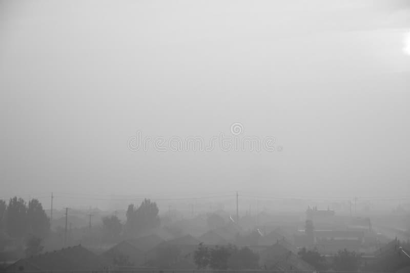 En el pueblo de la niebla de la mañana imagen de archivo