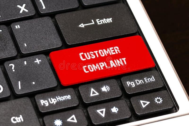 En el teclado del ordenador portátil el botón rojo denuncia escrita del cliente stock de ilustración