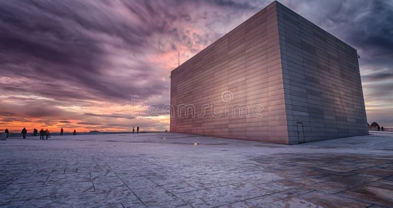 En el tejado de la Oslo Operahuset imágenes de archivo libres de regalías
