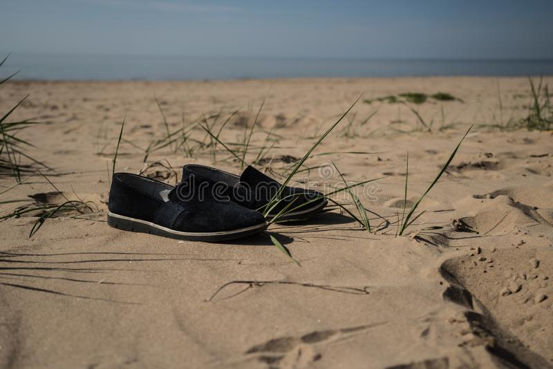 En el verano camino descalzo foto de archivo libre de regalías