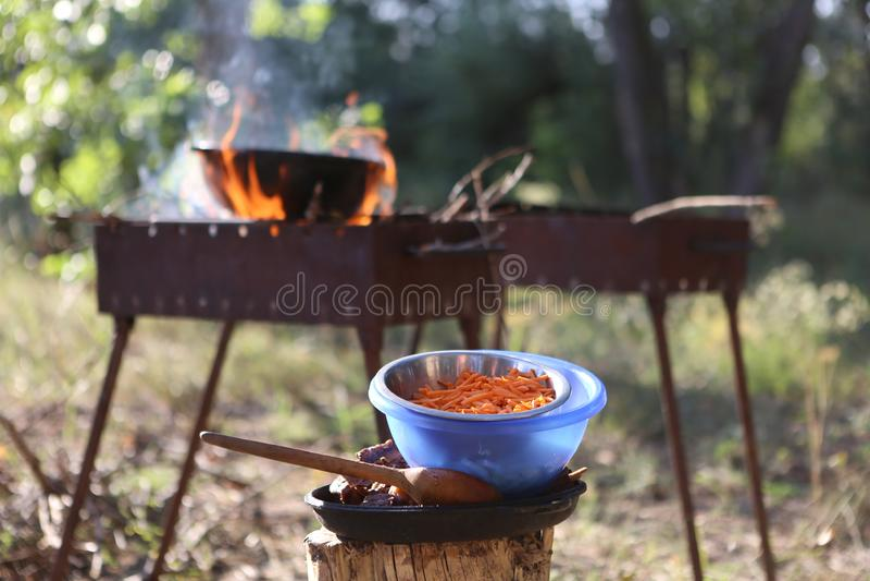 En el verano, en una comida campestre, una barbacoa con una caldera en alto calor foto de archivo