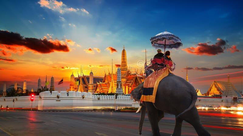 En elefant med turister på Wat Phra Kaew i den storslagna slotten av Thailand i Bangkok fotografering för bildbyråer