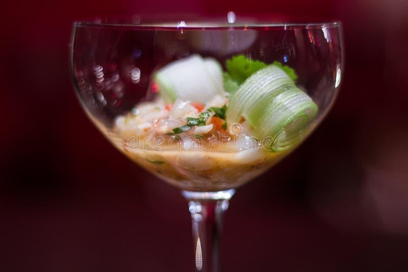 En elegant appetizzer i ett coctailexponeringsglas fotografering för bildbyråer