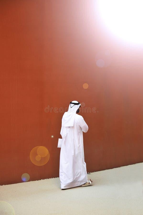 En elegant man av arabisk etnicitet med solglasögon går gatorna av hans countr arkivfoton