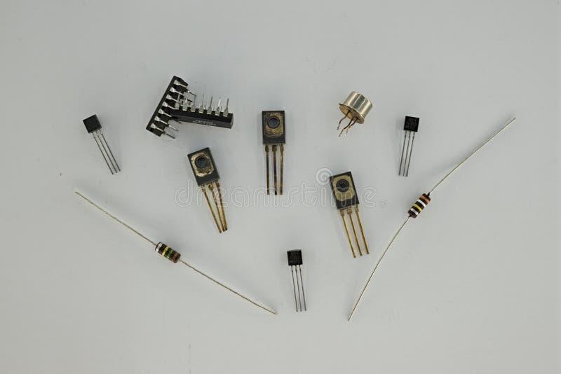 En elektronisk del är någon grundläggande åtskild apparat eller fysisk enhet i elektroner för en affekt för elektroniskt system v royaltyfri foto