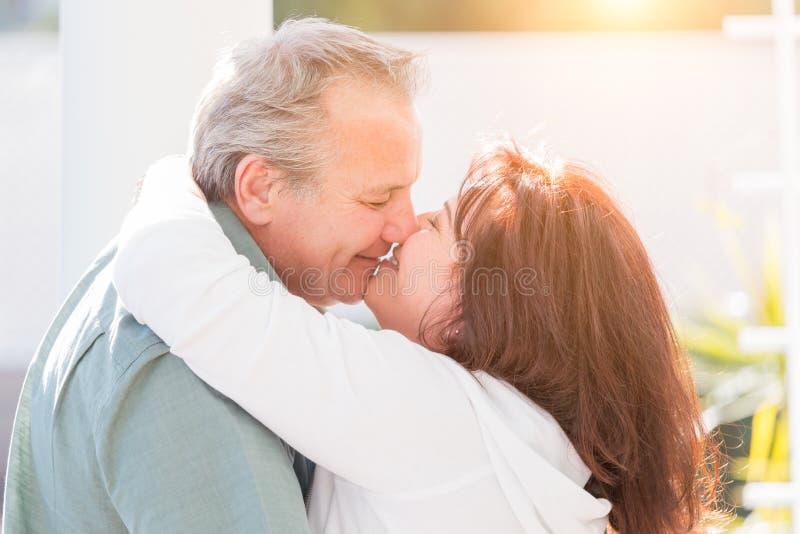 En embrassant les couples âgés par milieu appréciez un romantique ralentissent la danse dehors photo stock