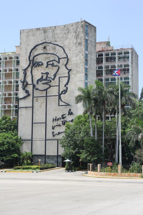 En enorm basrelief av Ernesto Che Guevara på en byggnad i havannacigarr arkivfoto