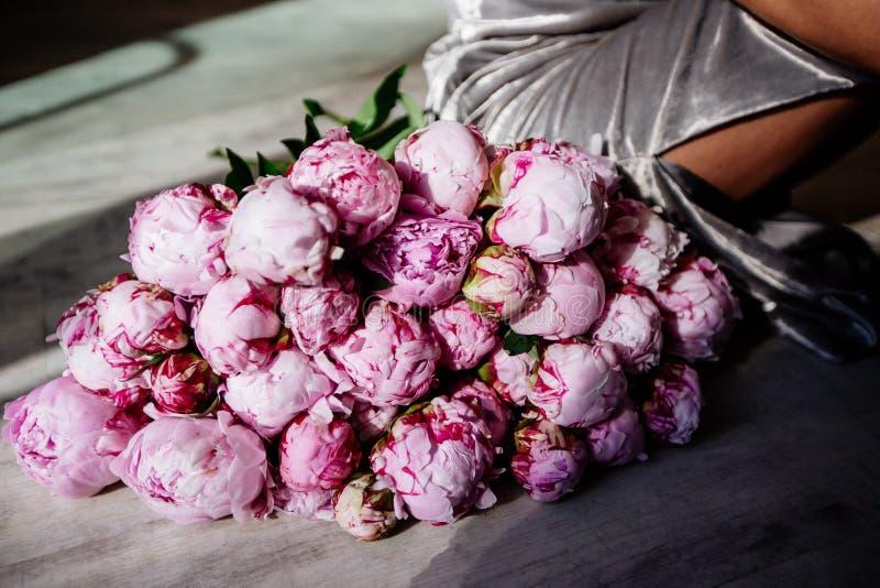 En enorm bukett av rosa pioner fotografering för bildbyråer