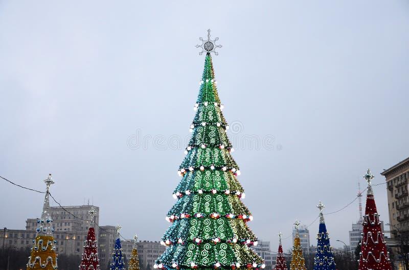 En enorm konstgjord julgran står på fyrkanten av frihet i Kharkov, Ukraina 2018 nya år royaltyfri fotografi