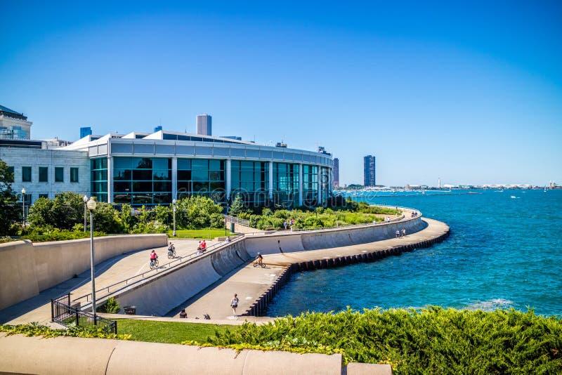 En enorm offentlig sk?rm av vattenvarelser i Chicago, Illinois arkivfoton