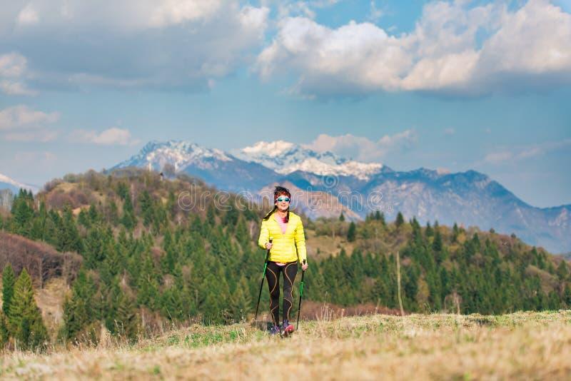 En ensam flicka under en trek i bergen i vår royaltyfri fotografi