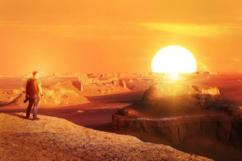 En ensam handelsresande möter en solnedgång i öknen iran Dush-e Lut öken royaltyfri fotografi