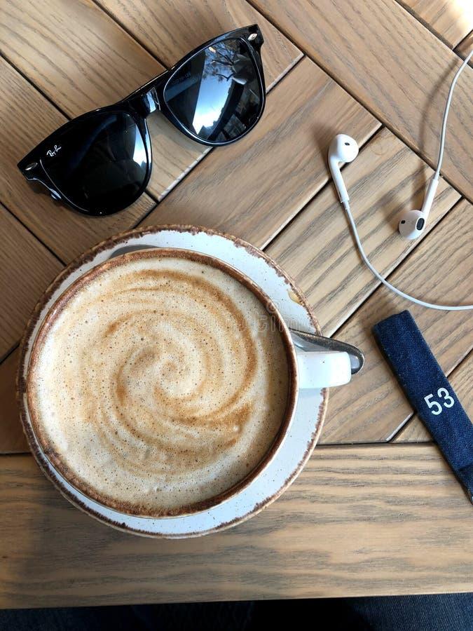 En ensam kvinna En kopp kaffe och en f?r?lskelse f?r varje person i deras h?nder arkivbilder