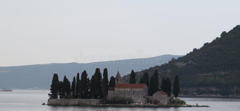 En ensam kyrka i den Kotor fjärden arkivfoton
