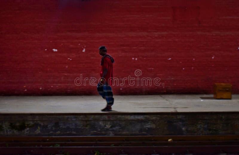 En ensam man på tunnelbanan arkivfoto