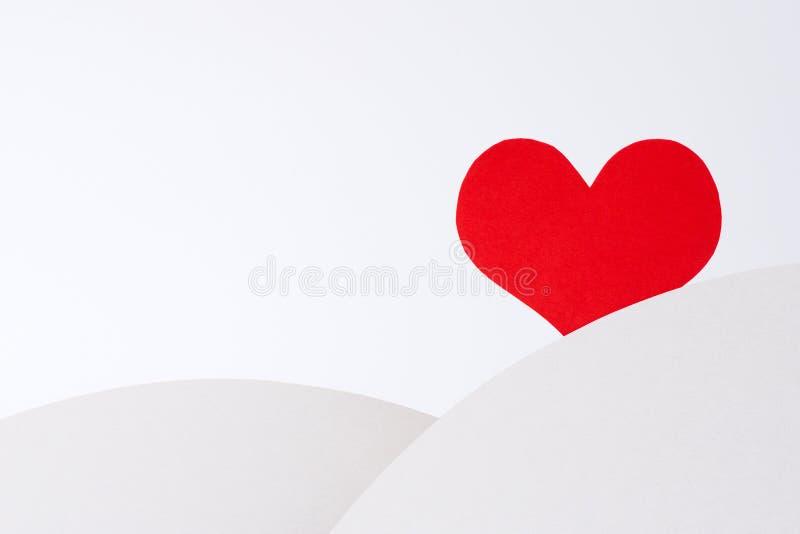 En ensam röd hjärta väntar på förälskelse arkivfoto