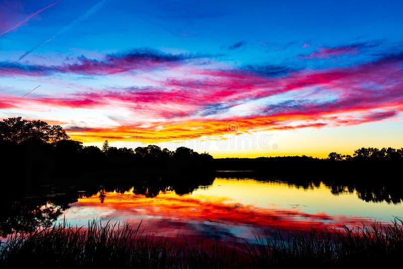 En episk New England solnedgång - engelsk alndammMelrose Massachusetts royaltyfria bilder