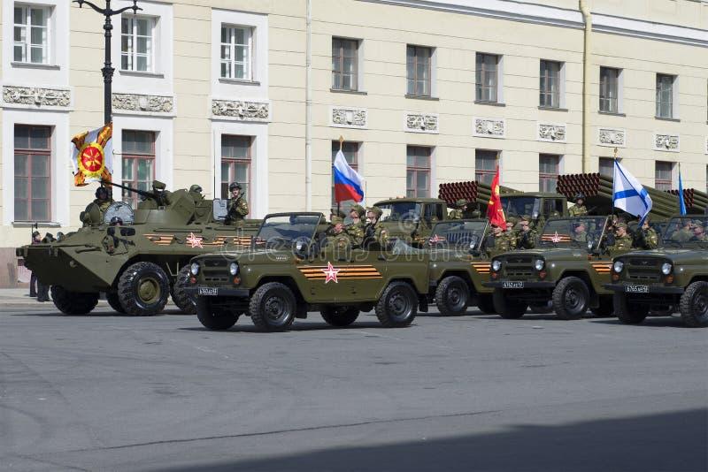 En eskortfartyg av militärfordon för repetitionen av ståtar i heder av segerdagen St Petersburg arkivbild