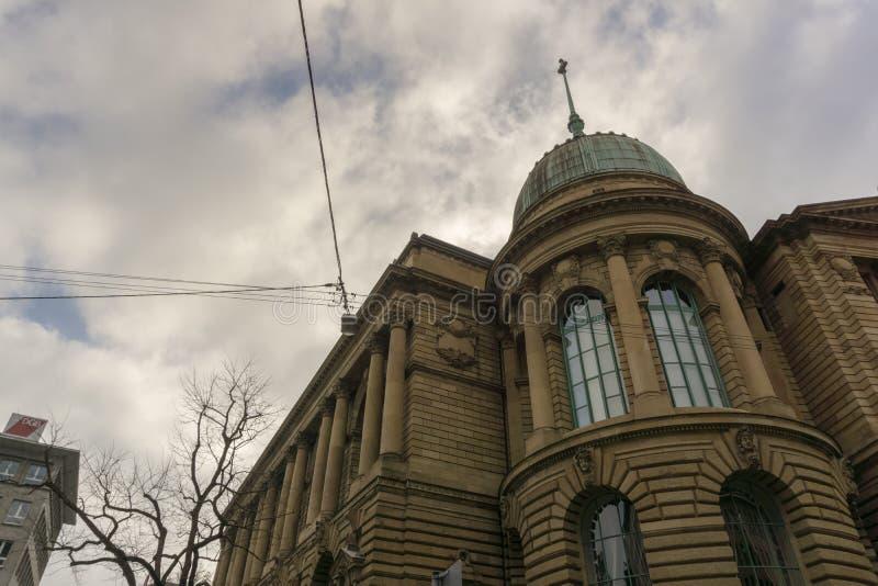 En este edificio grande, viejo son diversas agencias de estatal imágenes de archivo libres de regalías